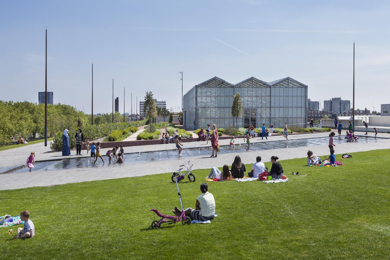 Dakpark Rotterdam, Centrale grasveld met zicht op de waterpartij, rechts de Orangerie met het Parkrestaurant en in de achtergrond het Diepeveen torentje aan het Hudsonplein, voorjaar 2014